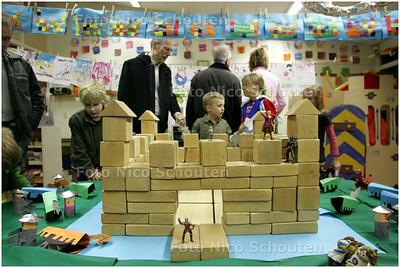 AD/HC - Basisschool Noordeinde is omgetoverd in een kasteel en leerlingen en leerkrachten zijn vanavond (niet) allemaal verkleed - ZOETERMEER 21 FEBRUARI 2008 - FOTO NICO SCHOUTEN