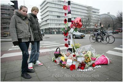 AD/HC - SARAH EN RUBEN POLS, starten meldpunt gevaarlijke verkeersplekken - Sarah en Ruben bij de plek waar Lesly overreden is - DEN HAAG 13 FEBRUARI 2008 - FOTO NICO SCHOUTEN