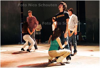AD/HC - Voorbereidingen (repetitie) toneelvoorsteling Erasmus College - ZOETERMEER 28 FEBRUARI 2008 - FOTO NICO SCHOUTEN
