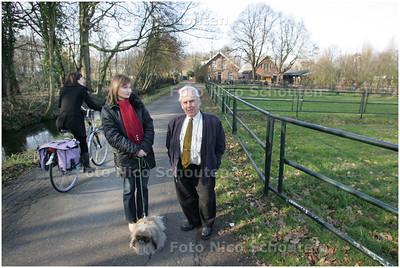 AD/HC - milieuman Wim ter Keurs en Monika Jordense-Michalski op het Sint Nicolaespad te Voorschoten waar de rijnlandroute gepland is - VOORSCHOTEN 18 FEBRUARI 2008 - FOTO NICO SCHOUTEN