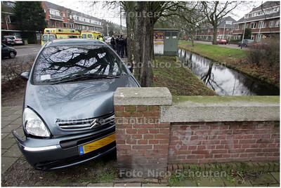 AD/HC - AUTO RIJD VIA BOOM TEGEN BRUG - Hoek Alkemadelaan / Wassenaarseweg - DEN HAAG 19 FEBRUARI 2008 - FOTO NICO SCHOUTEN