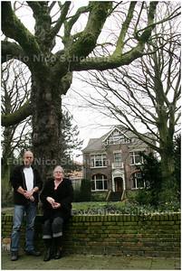 AD/HC - Simon en marja Verhoeff bij een monumentale villa (kon Julianaweg 66) die met sloop wordt bedreigd - LEIDSCHENDAM 23 FEBRUARI 2008 - FOTO NICO SCHOUTEN