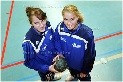 AD/HC - Handbalzusjes Kirsten (r) en Lisanne van Vliet (Hellas 1) - DEN HAAG 14 FEBRUARI 2008 - FOTO NICO SCHOUTEN