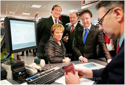AD/HC - Staatssecretaris Bijleveld (linksonder) opent mogelijkheid in postkantoor om daar ook rijbewijs en ID-kaart aan te vragen. Wethouder Van Domburg (r) vraagt een nieuwe ID-kaart aan - ZOETERMEER 14 JANUARI 2008 - FOTO NICO SCHOUTEN