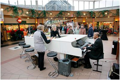 AD/HC - Pianobar in winkelcentrum Rokkeveen - ZOETERMEER 5 JANUARI 2008 - FOTO NICO SCHOUTEN