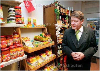 AD/HC - Minister Donner en Marnix Norder (niet op foto) op bezoek in de Polenwinkel in Weimarstraat - DEN HAAG 21 JANUARI 2008 - FOTO NICO SCHOUTEN