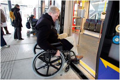 AD/HC - Wethouder Pieter Smit in een rolstoel reist met Randstadrail - ZOETERMEER 21 JANUARI 2008 - FOTO NICO SCHOUTEN