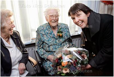 AD/HC - MEVR ANTONIA PLAAT 110 JAAR - wordt gefeliciteerd en krijgt een bos bloemen van loco-burgemeester Jetta Klijnsma - DEN HAAG 6 JANUARI 2008 - FOTO NICO SCHOUTEN