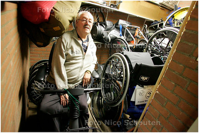 AD/HC - Accommodatie voor gehandicaptensport (Doing) voldoet geheel niet aan eisen - bestuurslid in de veel te kleine opslagruimte voor rolstoelen - ZOETERMEER 8 JANUARI 2008 - FOTO NICO SCHOUTEN