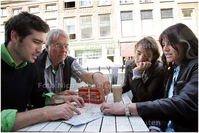 AD/HC - Hagenaar Robert geeft familie uit Parijs een tour de La Haye. Vooraf wordt een route uitgestippeld - DEN HAAG 30 JUNI 2008 - FOTO NICO SCHOUTEN