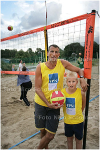 AD/HC - Ed Bontrop, oprichter en voorzitter van beachvolleybalvereniging Sweet Lake Beach in Zoetermeer met zoon Dustin - ZOETERMEER 8 JULI 2008 - FOTO NICO SCHOUTEN