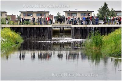 AD/HC - opening enorme waterberging in Rijswijk. Burgemeester en dijkgraaf zetten een inlaatschuif open: kolkend water - RIJSWIJK 3 JULI 2008 - FOTO NICO SCHOUTEN