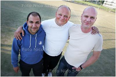 AD/HC - Korfbaltrainer Jan Bongers van HKV/Ons Eibernest met Arthur Carolus (l) en teambegeleider Marcel Boonstra (r) - DEN HAAG 10 JUNI 2008 - FOTO NICO SCHOUTEN