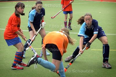 AD/HC - Schoolhockeytoernooi voor leerlingen van Haagse basisscholen - Basisschool Bohemen (blauw) tegen de O.G. Helderingschool (oranje) - DEN HAAG 4 JUNI 2008 - FOTO NICO SCHOUTEN