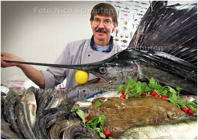 AD/HC - VLAGGETJESDAG - Piet Ketting (verkoper van verse vis bij Simonis) in de Visafslag met een presentatie - DEN HAAG 7 JUNI 2008 - FOTO NICO SCHOUTEN