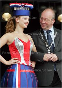 AD/HC - VLAGGETJESDAG - Wethouder Henk Kool geniet van de haagse kledendracht  - DEN HAAG 7 JUNI 2008 - FOTO NICO SCHOUTEN