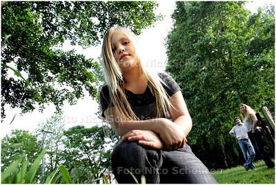 AD/HC - LEXI VAN HARTEVELD op de plek waar ze een plastic zak met 24 tamme ratten heeft gevonden - WASSENAAR 3 JUNI 2008 - FOTO NICO SCHOUTEN