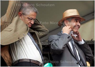 AD/HC - VLAGGETJESDAG - Min Hirsch Ballin en Min Plassterk strikken hun nieuwe scheveningse stropdassen - DEN HAAG 7 JUNI 2008 - FOTO NICO SCHOUTEN