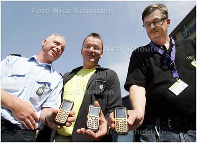 AD/HC - Zoetermeerders die in eigen wijk rondlopen om problemen te voorkomen en op te lossen krijgen  portofoons uitgereikt - ZOETERMEER 9 JUNI 2008 - FOTO NICO SCHOUTEN