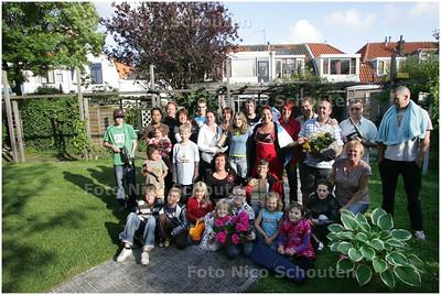 AD/HC - bewoners in de Tuin van Bakkeren, die daar een theatervoorstelling gaan maken. Voor de Lenteprijs - DELFT 12 JUNI 2008 - FOTO NICO SCHOUTEN