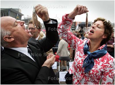 AD/HC - VLAGGETJESDAG - Min Gerda Verburg en een belangrijke meneer happen een hollandse nieuwe  - DEN HAAG 7 JUNI 2008 - FOTO NICO SCHOUTEN