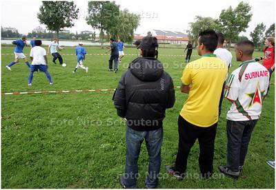 AD/HC - zogenoemde 'overlastgevende' jongeren die nu zijn uitgedaagd door stichting MOOI voor een voetbaltoernooi, Hoekstrapark - ZOETERMEER 6 JUNI 2008 - FOTO NICO SCHOUTEN
