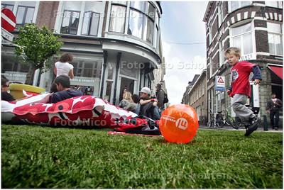 AD/HC - GRASZODEN IN DE PRINSESTRAAT - DEN HAAG 14 JUNI 2008 - FOTO NICO SCHOUTEN