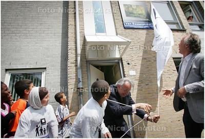 AD/HC - Van Aartsen opent buitenmuseum Schilderswijk (onthulling straatnaambord plus schilderij) - DEN HAAG 2 JUNI 2008 - FOTO NICO SCHOUTEN