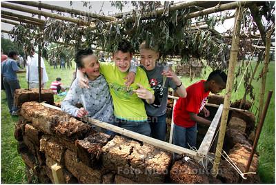 AD/HC - Kinderen van de Herman Broereschool hebben een dorp gebouwd aan de Rotterdamseweg - DELFT 6 JUNI 2008 - FOTO NICO SCHOUTEN
