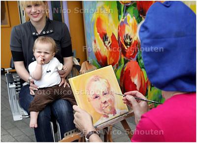 AD/HC - Bij kapper Knip City schilderen ze een portret na het knippen - ZOETERMEER 6 JUNI 2008 - FOTO NICO SCHOUTEN