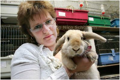 AD/HC - voorzitter van Kranen van 't Knagertje - Van Kranen hier met konijn Ricky Hoogendorp in hun veel te krappe onderkomen. Bij het Knagertje krijgen konijnen, dit met een knipoog naar de mooie behuizing van ADO DEN HAAG, de namen van voetballers van het Voetbalteam. - DEN HAAG 2 JUNI 2008 - FOTO NICO SCHOUTEN