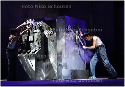 AD/HC - Leerlingen van het Erasmus College voeren het toneelstuk Metropolis op - ZOETERMEER 5 MAART 2008 - FOTO NICO SCHOUTEN