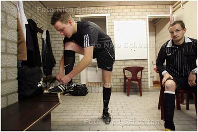 AD/RD - Wat maakt scheidsrechter mee? De Rotterdamse scheidsrechter Laurens Gerrets fluit  de wedstrijd tussen het Leidse UVS en Haaglandia - LEIDEN 8 MAART 2008 - FOTO NICO SCHOUTEN