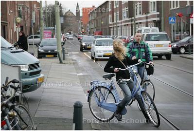 AD/HC - Het kruispunt Thomsonlaan, Goudenregenstraat is een ramp voor fietsers die de Goudenregenstraat willen oversteken - DEN HAAG 10 MAART 2008 - FOTO NICO SCHOUTEN