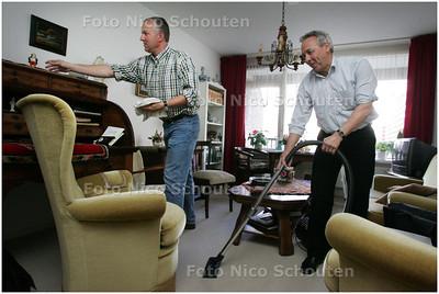 AD/HC - Schoonmaken wethouder Frank Speel + directeur zorginstelling Vierstroomzorgring bij Mevr van Gameren - ZOETERMEER 3 MAART 2008 - FOTO NICO SCHOUTEN