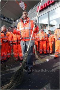 """AD/HC - Wethouder Rabin Baldewsingh start bij winkelcentrum Leyweg grote schoonmaakactie """"Den Haag Schoon"""" - DEN HAAG 3 MAART 2008 - FOTO NICO SCHOUTEN"""