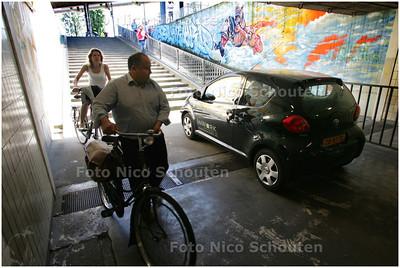 AD/HC - AUTO IN FIETSTUNNEL LEKSTRAAT - DEN HAAG 9 MEI 2008 - FOTO NICO SCHOUTEN