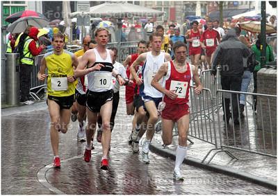 AD/HC - 10 kilometer prestatieloop tijdens Golden Tenloop te Delft - de renners verlaten, in de stromende regen, de markt - DELFT 1 MEI 2008 - FOTO NICO SCHOUTEN
