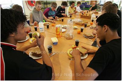 AD/HC - Het nationaal (jeugd)basketbalteam krijgt begeleiding van een student Sport & Voeding van de Haagse Hogeschool - DEN HAAG 1 MEI 2008 - FOTO NICO SCHOUTEN