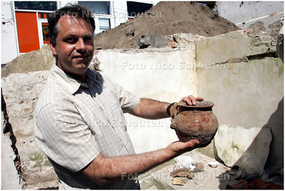 AD/HC - historische opgravingen in het centrum van Wassenaar met uitleg door archeoloog drh Marcel de Koning - WASSENAAR 9 MEI 2008 - FOTO NICO SCHOUTEN