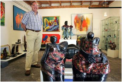 AD/HC - galeriehouder Theo Eerden in zijn galerie/artotheek, de Vlaming. Hij gaat verhuizen - ZOETERMEER 6 MEI 2008 - FOTO NICO SCHOUTEN