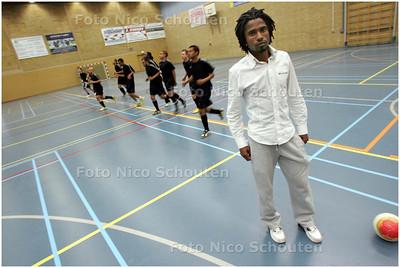 AD/HC - Oswaldo de Pina, de geblesseerde aanvoerder van de ploeg tijdens training FC Rijswijk-zaalvoetbal - RIJSWIJK 7 MEI 2008 - FOTO NICO SCHOUTEN