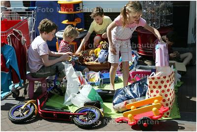 AD/HZ - Kindervlooienmarkt in de Dorpsstraat - ZOETERMEER 7 MEI 2008 - FOTO NICO SCHOUTEN