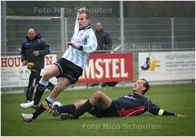 AD/HC - voetbalwedstrijd Oosterheem - KSD - Niels Natzijl van Oosterheem wordt met een sliding onderuit gehaald - ZOETERMEER 1 NOVEMBER 2008 - FOTO NICO SCHOUTEN