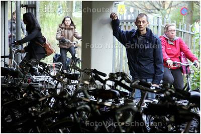 AD/HC - Fietsenman Jan Jansen, vorig jaar in het nieuws omdat hij niet langer gestolen fietsen mocht aanmelden bij de politie, heeft een vaste baan gekregen als fietsenstallingbeheerder bij het Erasmus College - ZOETERMEER 6 NOVEMBER 2008 - FOTO NICO SCHOUTEN