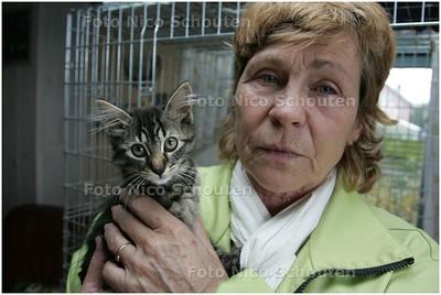 AD/HC - kattenopvangster Trees van Velzen in Stompwijk, die in haar huis (BIJNA) werd gemolesteerd - STOMPWIJK3 NOVEMBER 2008 - FOTO NICO SCHOUTEN