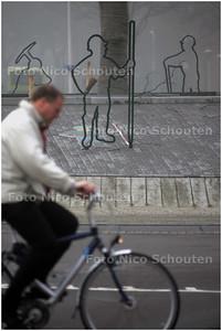 AD/HC - silhouetten die op die rotonde, Van Leeuwenhoeklaan-Bijdorplaan - ZOETERMEER 4 NOVEMBER 2008 - FOTO NICO SCHOUTEN