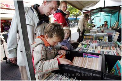 AD/HC - Boekenmarkt in de Dorpsstraat - Suske en Wiskes voor 1,50 euro - ZOETERMEER 5 OKTOBER 2008 - FOTO NICO SCHOUTEN