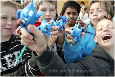 """AD/HC - op basisschool OBS het Groene Hart wordt een NAP-schildje opgehangen. Alle kinderen kregen een  """"Droppie Water"""" - ZOETERMEER 3 OKTOBER 2008 - FOTO NICO SCHOUTEN"""