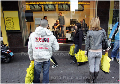 AD/HC - radio den haag fm zendt uit vanuit etalage van de bijenkorf in kader van Drie Dwaze Dagen - DEN HAAG 2 OKTOBER 2008 - FOTO NICO SCHOUTEN